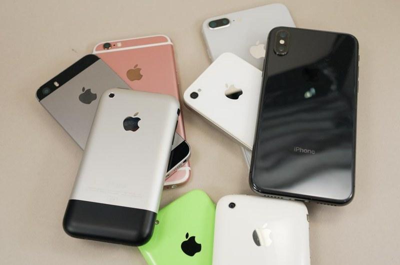 ガラス、金属、プラスチックと、いろいろなデザインのiPhoneが存在した