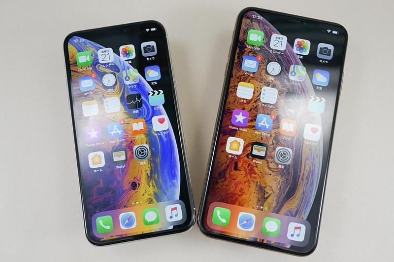 iPhone XS(左)とiPhone XS Max(右)。前面フレームの色は全カラー黒で、従来モデルのように白がない
