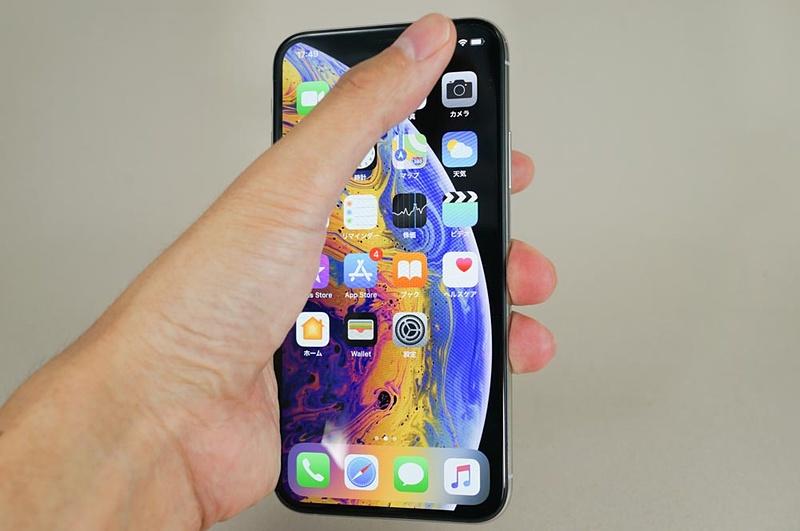 iPhone XSで片手操作するイメージ。頑張れば親指が左上にも届かなくもないが、かなりツラい。できればスマホリングなどが欲しいところ