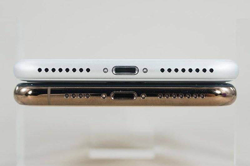 iPhone XS Max(下)とiPhone 8 Plus(上)。側面フレームの素材はiPhone 8がアルミ合金、iPhone Xシリーズがステンレスのという違いもある
