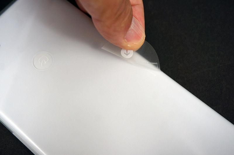 保護フィルムは背面横からはがします。ちなみに指紋センサーのある場所にFeliCaマーク。これは保護フィルムに印字されており、本体にはありません