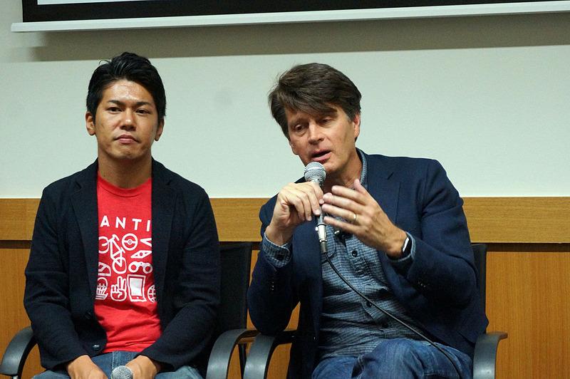 ハンケ氏の隣に座るのは今回通訳役となった、マーケティングマネージャーの須賀健人氏