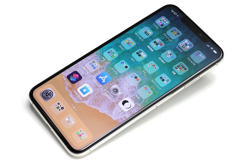 アップル「iPhone XS Max」。「iPhone XS」シリーズは5.8インチのXSと6.5インチのXS Maxがあり、XS MaxはiPhone史上最大の画面です。シルバー/スペースグレイ/ゴールドの3色展開で、容量は64GB/256GB/512GB。アップルストア税別価格は12万4800円~16万4800円