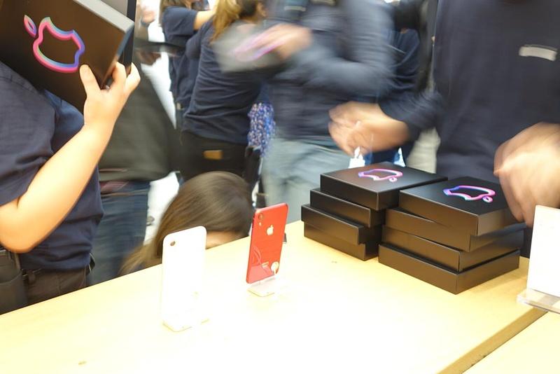 入店した人には次々と記念品の黒箱が手渡されていた