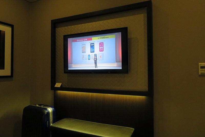 ホテルの部屋のテレビでドコモの発表会をチェック