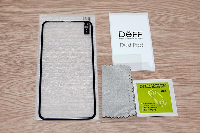 同梱物は、BUMPER GLASS for iPhone XS本体と、iPhoneのディスプレイを拭くウェット/ドライシート、それとホコリ取りのシール。ガイド的なものは入っていなかった