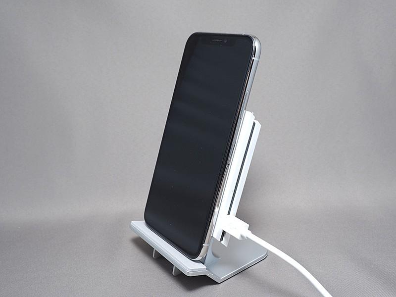 iPhone XSを立てかけてみた。角度はやや浅め