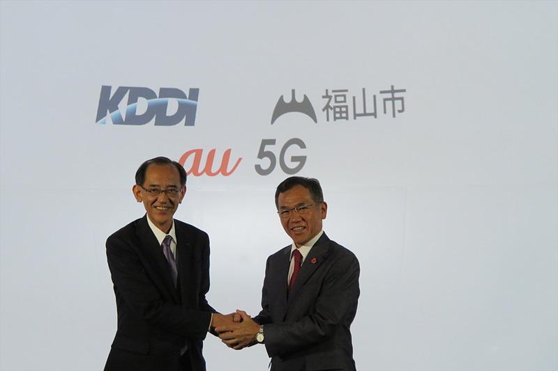 KDDI 執行役員常務 技術統括本部 技術企画本部長の赤木篤志氏(左)と福山市長の枝廣直幹氏(右)