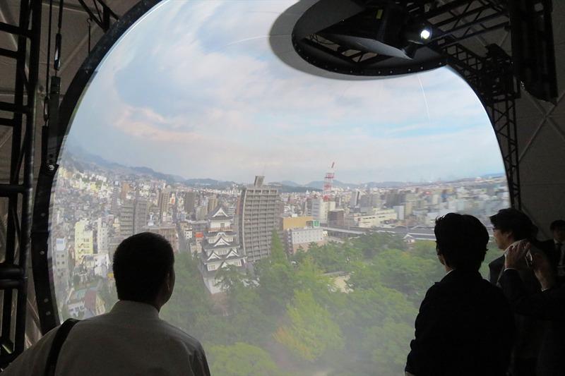 半球型スクリーンにドローンからの映像が投影される
