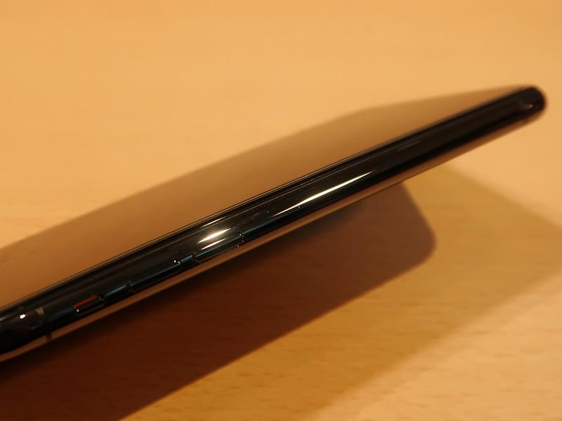 こちらは2017年にソフトバンクで購入したiPhone X。写真ではわかりにくいけど、貼り付けたサードバーティ製ガラスのエッジ部分が少し浮いている