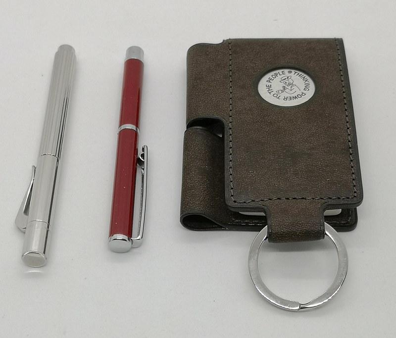 X47ボールペンと同じ軸の太さのファーバーカステル伯爵シリーズ「ポケットペン(ボールペン)」にも対応しているので、さっそく使ってみたが、ちょっと長い