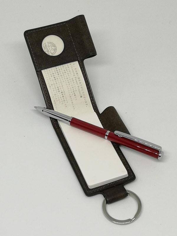 収納時は短いペンだが、使うときは適度な長さに変化する。SPYとぜひ一緒にそろえたいアイテムだ