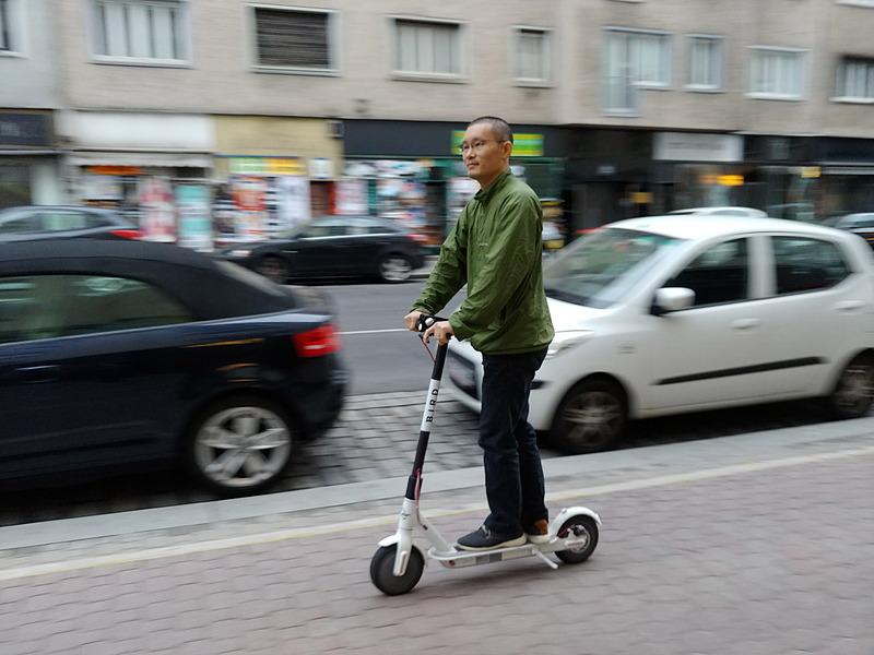 電動キックスクーターでオーストリアの街を駆け抜ける