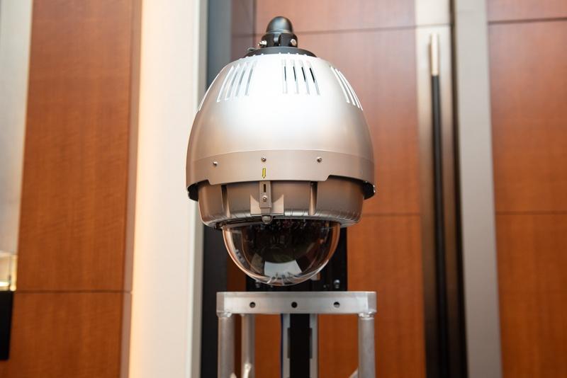 専有パターン用、ソニービジネスソリューション製ネットワークカメラ。下部の透明ドームが人の頭ぐらいのサイズ