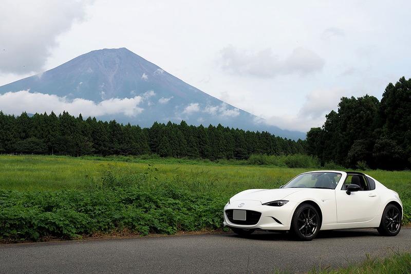 マツダ「ROADSTER RF」。電動オープン・ハードトップを備えた2シーターFRスポーツカーです。2000ccの排気量は余裕のある走りができ、山岳ドライブもパワフルにこなせます。