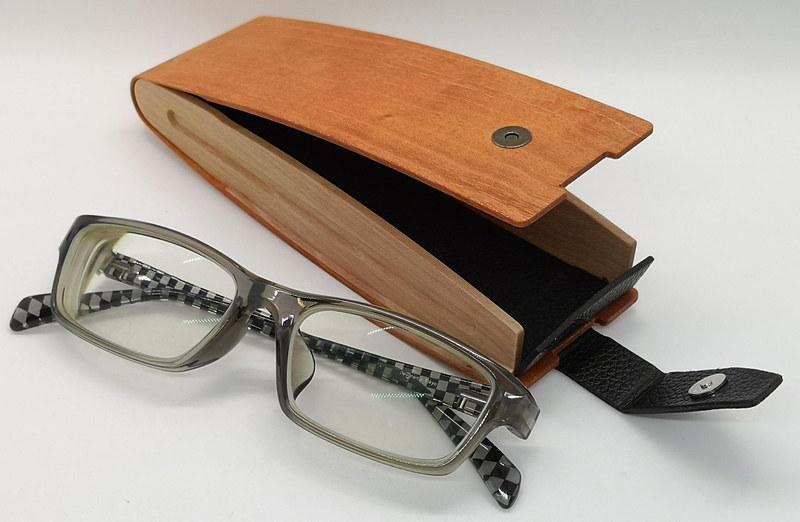 コンパクトなメガネならほとんどのメガネが収納可能だ