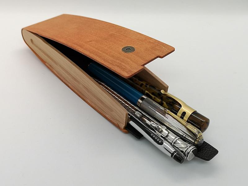 筆者は数本の筆記具を収納して鞄内部のポケットに入れて持ち歩いている