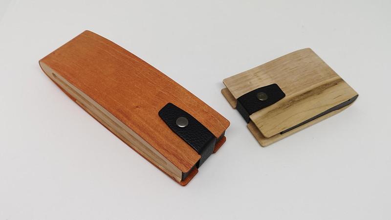 ストーリオは木目の綺麗な新潟産の1枚の無垢材を最先端の曲げ木の技術を使って作り出したコンパクトなステーショナリー系の超オシャレアイテムだ。