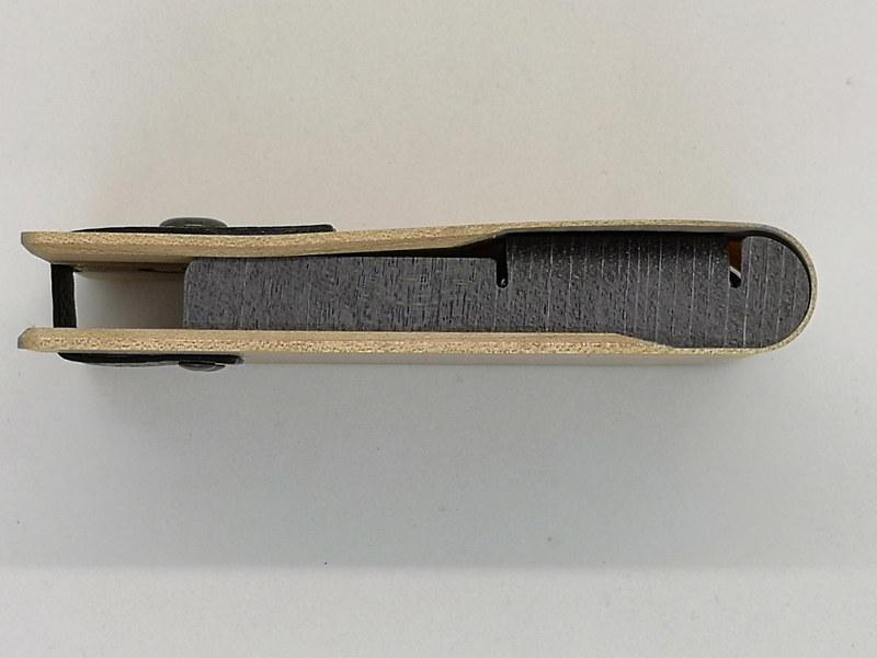 新作の名刺入れは側面にも色味のアバンウッドを採用し、より名刺を抑え込むことなくホールドできるタイプに変更