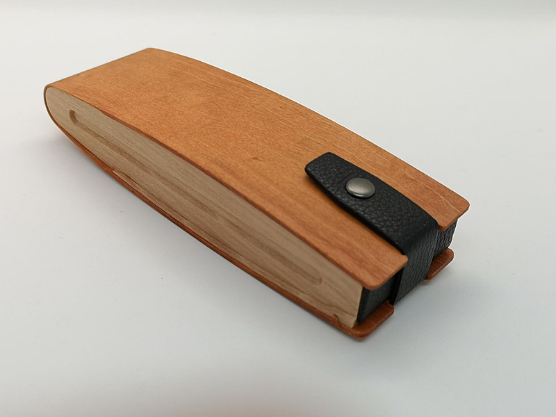 メガネケース兼ペンケースとしても使用できるマルチパーパスのケース
