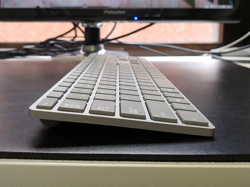 薄く、フルキーボードのわりにコンパクトなので、場所をとらない