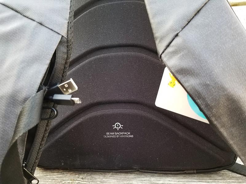 ストラップ部のミニポケット。右側はジッパー付きで、イヤホンや充電ケーブルなどの小物を、左側はオープンタイプだが深いので、交通系ICカードなどを入れるのに重宝する