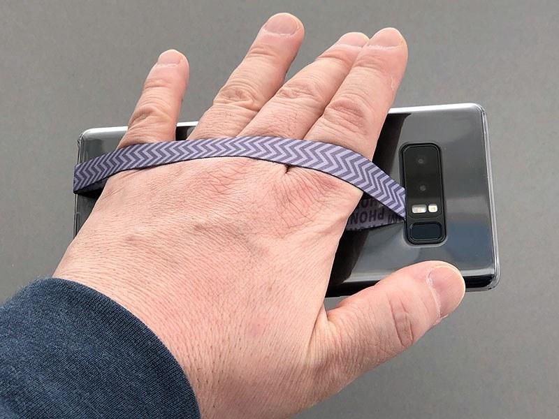 スマホケースとスマホの間に粘着テープ付きリボンを入れるとストラップになる PETITE LOOP。ありそうでなかった新機軸ストラップです。