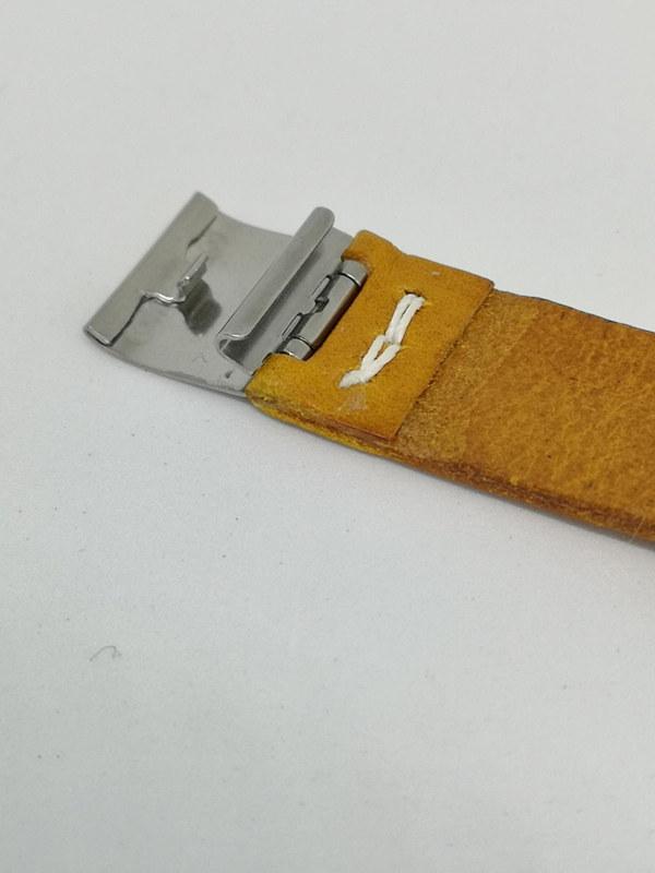 細かな部分の仕上げが勝負だがベルトのロック部分も丁寧に作られている