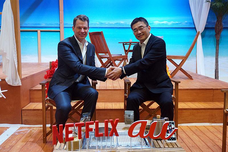Netflixプロダクト最高責任者のグレッグ・ピーターズ氏(左)とKDDI高橋誠社長(右)
