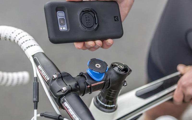 自転車向けのスマートフォンマウントシステムのQUAD LOCK。各部パーツの軽さや小ささが特徴的で、シンプルさにもこだわったシステムです。2012年から発売されている、クラウドファンディング(Kickstarter)生まれの製品です。