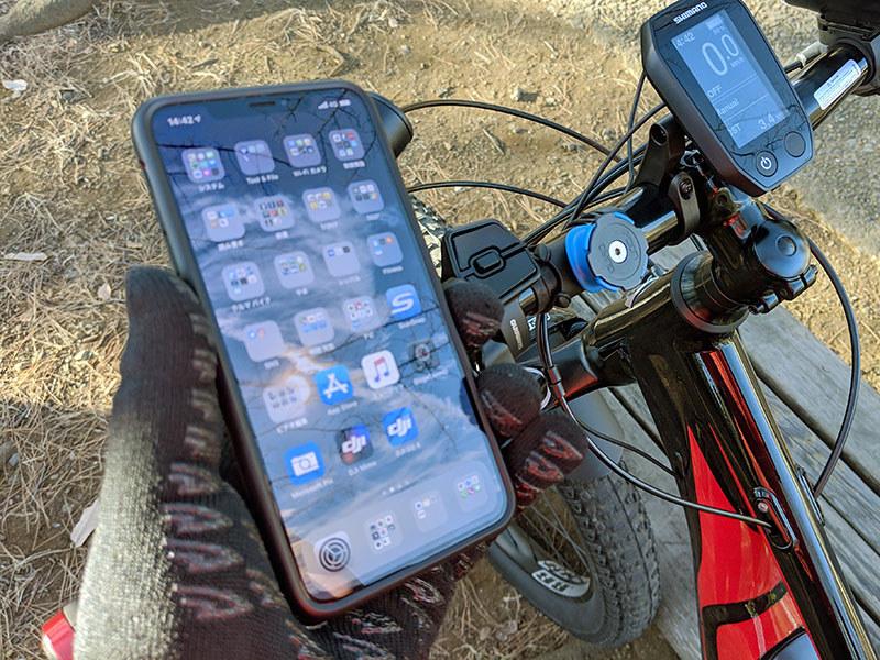 付属のOリングを使って自転車のハンドルにマウントを固定。iPhoneにはケースを装着。マウントへのスマホ固定ですが、スマホを45度の角度に傾けてマウントへ押し当て、そのまま水平もしくは垂直まで回転させるだけです。マウント側にはロック機構(青い部分)があり、不意にスマホが抜け落ちるようなことはありません。