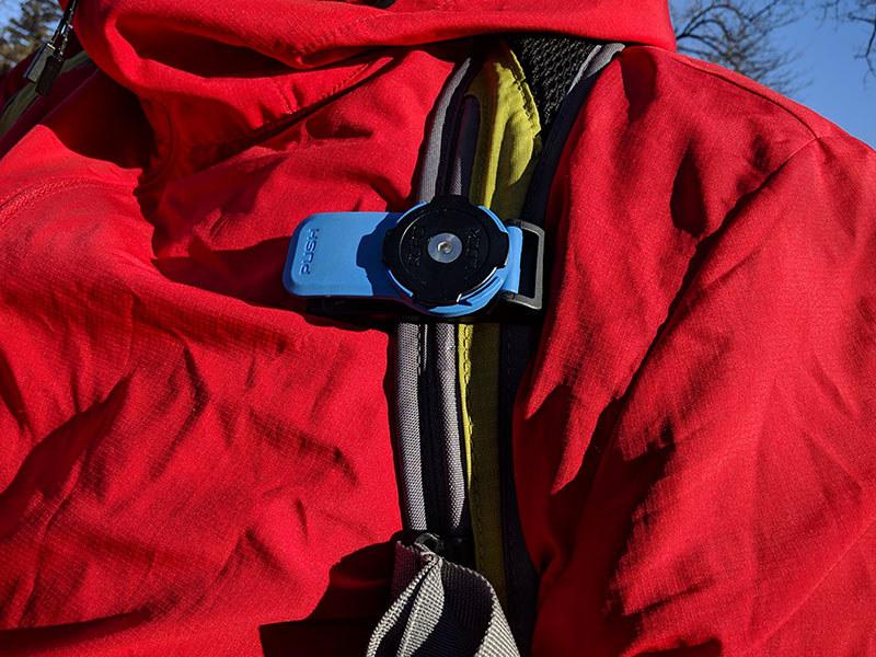 ベルト装着用のマウントの BELT CLIP V3。バックパックやバッグのショルダーストラップなどに留めて使える QUAD LOCK マウントです。