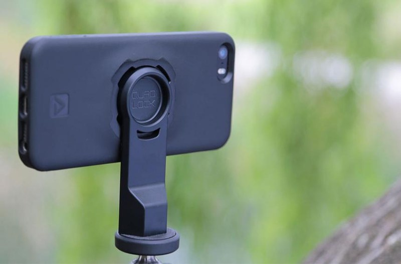 こちらは三脚用マウントの TRIPOD ADAPTOR。QUAD LOCK 対応ケースに入れたスマートフォンを手軽に三脚にセットできるようになります。