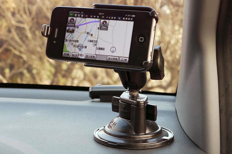 クルマにスマホを固定したり、自転車にGPSを固定したり、カメラをいろいろな箇所に固定したり。ボール関節とアームにより、デバイスの向きを自由自在に変えることができます。