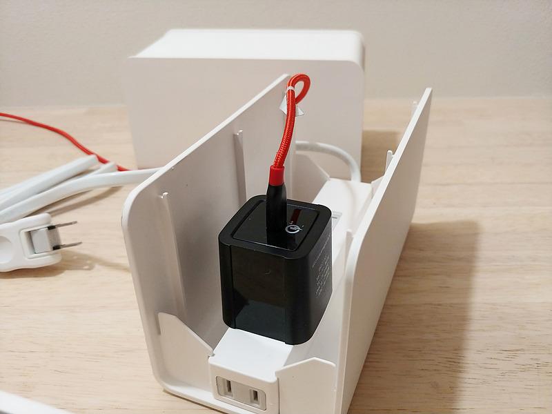 真上に端子が向いている充電器でも、少し大きいモノだとフタが閉まらない
