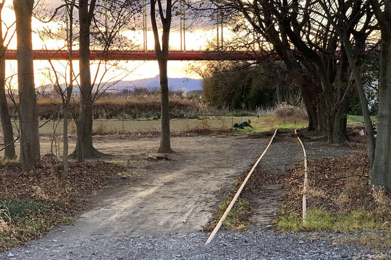国道16号沿い川越付近に見える謎の廃線が長い間気になっていましたが、それが「西武安比奈(あひな)線」であることを知りました。「安比奈(あいな)親水公園の近くの路線だったのか!」と、何かがつながった気がして、早速その廃線周辺をポタリング。徒歩でもクルマでも行きにくい場所ですが、自転車だと自由に散策できます。