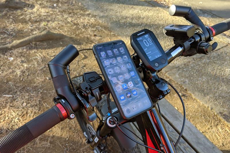 主にこんなモノを携行してポタリングしています。スマホ、自転車の鍵、携帯ツールやパンク修理用品。街中や人里を走るポタリングには、そ~んなに多くの装備は必要ないように思います。