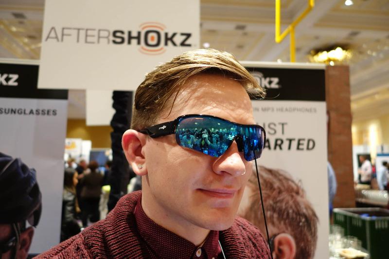 AftershokzのOptishokz。ディスプレイではなく骨伝導ヘッドセットなので、ほぼサングラスな形状