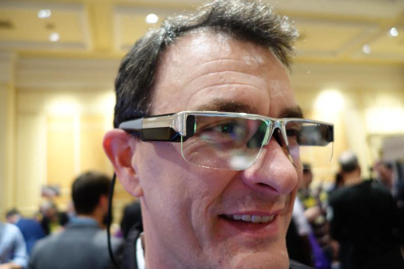 DIGILENSのCRYSTAL。一見するとメガネに近いデザインだが、左右のツルの先端から背中に向けて2本のケーブルが伸びている