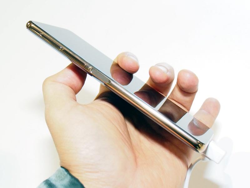 表と裏の両面がディスプレイだが、薄さは他のスマートフォンと比べても遜色ないレベルで、実用性は高そうだ