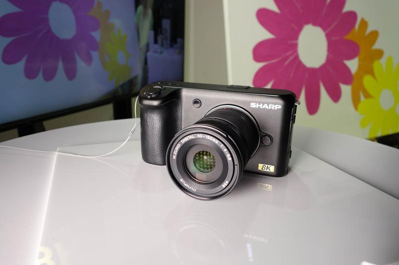 8Kカメラ。シャープはボディのみを商品化予定。開発中の展示機のレンズはオリンパスだった