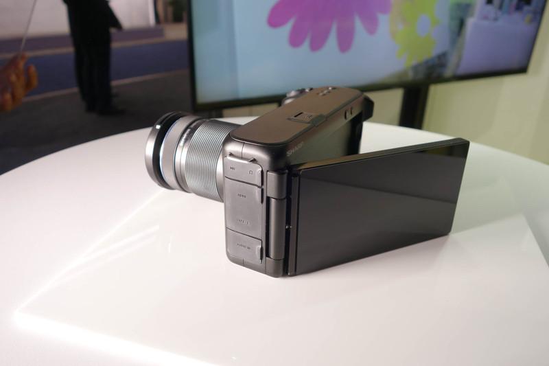 ディスプレイは動かせるデザイン。ほぼレンズ交換式のミラーレスカメラの形状をしている