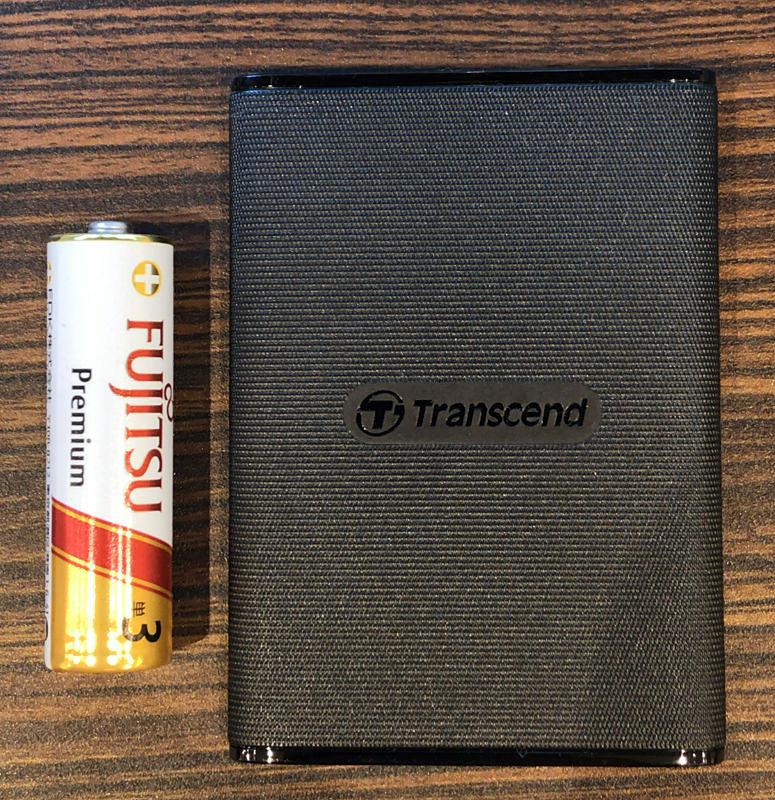 SSD本体と単3電池を並べた様子。とても小さい