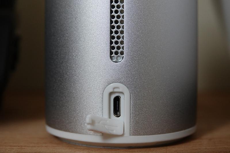 本体背面にあるmicroUSBポート。内蔵バッテリーを充電して使うもよし、モバイルバッテリーや専用ACアダプターから給電しつつ使うもよし、の2WAY仕様だ