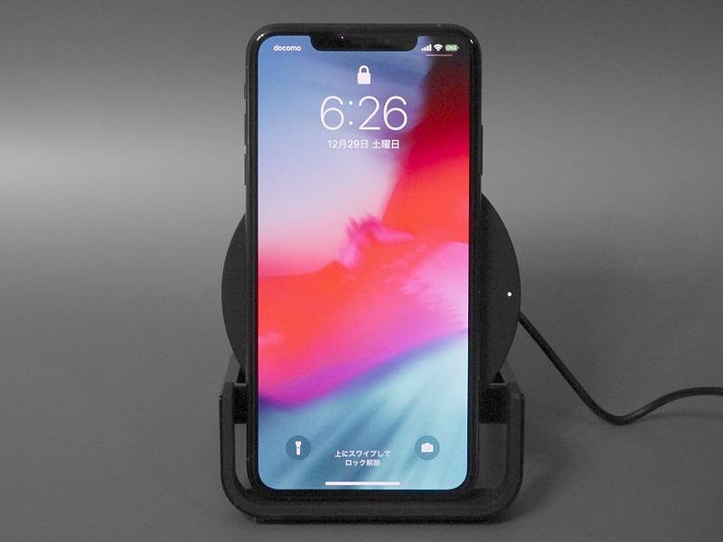 iPhone XS Max設置時(縦置き)。安定感は高く、また厚みのあるケースでも安定して置ける