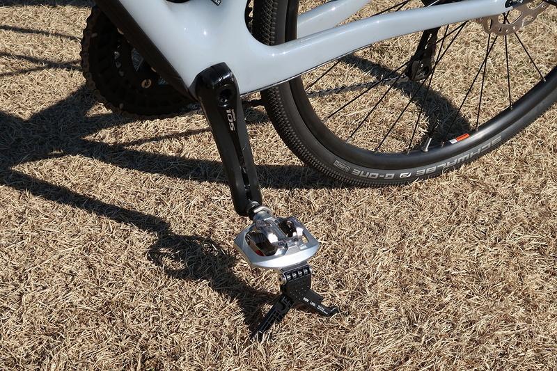 自立させた様子。タイヤレバーがスタンド機能の一部を担います。シンプルな機構ですが、なかなか実用的です。なお、このスタンドで自立しにくい自転車もあります。