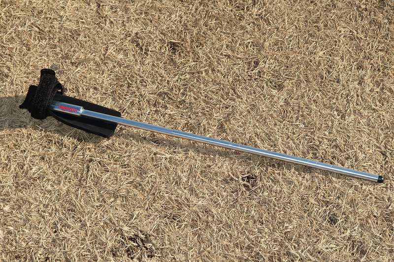 ミノウラの「PHS-1 バイクレスト」。ボトルケージ取り付けネジを利用する棒状のスタンドです。折り畳み可能。折り畳んだ状態でフレームに装着しておくこともできます。メーカー希望小売価格1900円(税込)。