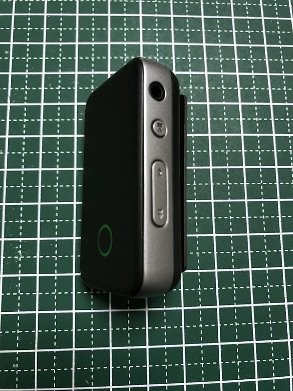 右側面に2.5mmバランス接続ジャックと再生、曲送りのスイッチが配置されている
