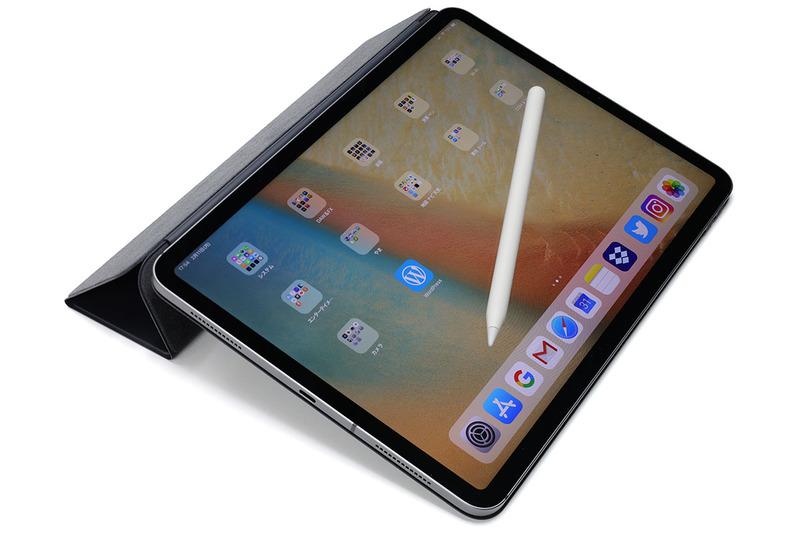 """購入したのはスペースグレイの11インチ iPad Pro。同時に「11インチiPad Pro用Smart Folio - チャコールグレイ」(<a href=""""https://www.apple.com/jp/shop/product/MRX72/11インチipad-pro用smart-folio-チャコールグレイ"""" class=""""strong bn"""" target=""""_blank"""">公式ページ</a>)と「Apple Pencil(第2世代)」(<a href=""""https://www.apple.com/jp/shop/product/MU8F2/apple-pencil第2世代"""" class=""""strong bn"""" target=""""_blank"""">公式ページ</a>)も購入しました。3点合計で税込15万9948円でした。たっか!"""