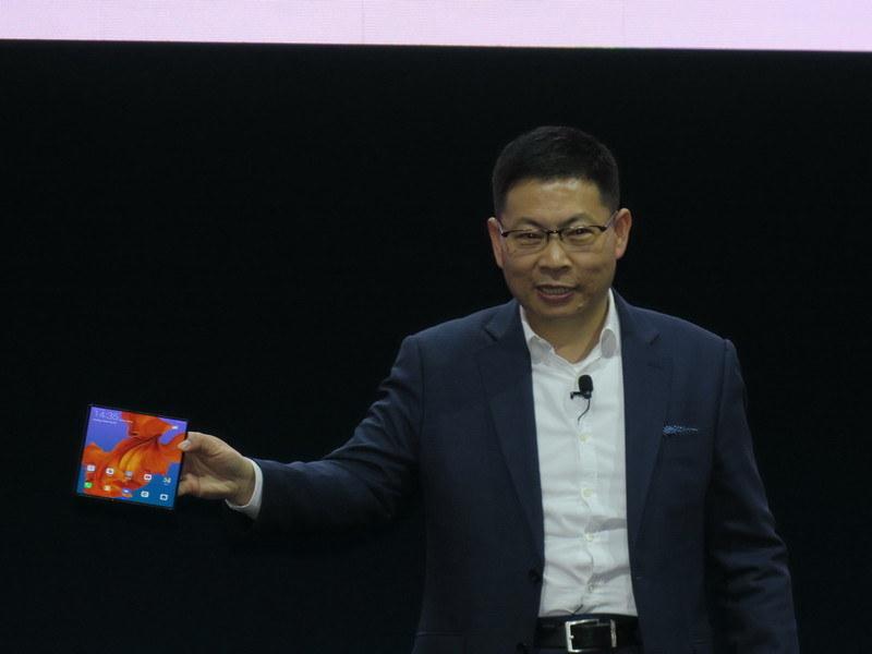 発表された「Mate X」を手にする同社CEOでコンシューマビジネスグループ担当のRichard Yu(リチャード・ユー)氏